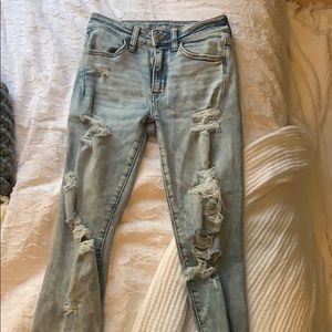 Light-wash ripped highwaisted jeans